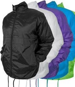 Southpole Windbreaker, Regenjacke und Windjacke für 9,99 Euro - Eine Person, die auf einer Decke liegt - Jacke