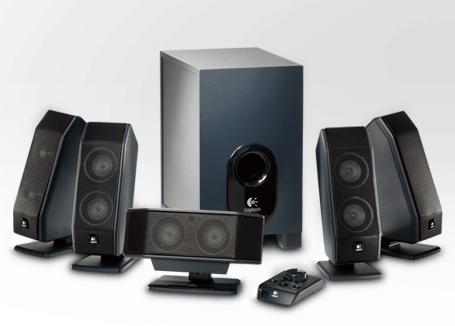 Günstiges 5.1-Surround-Sound System für 45 Euro von Logitech - Ein Lautsprecher neben einem Computermonitor - Logitech X-540