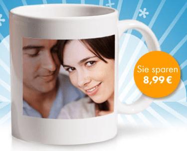 Günstige Fototasse für 5,95 Euro inkl. Versand - Eine frau sitzt an einem tisch mit einer tasse kaffee - Becher
