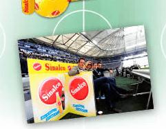 Fußball Gewinnspiel bei Sinalco - Ein Stapel Flyer auf einem Tisch - Werbung
