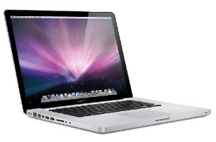 Günstiges 13.3′ MacBook Pro bei Amazon Warehouse Deals - Eine offene Laptop-Computer sitzt auf einem Tisch - Apple MacBook Pro (13